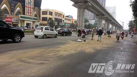 Mặt đường phủ đầy dầu trơn trượt đoạn qua khu vực đường Trần Phú (Hà Đông- Hà Nội)