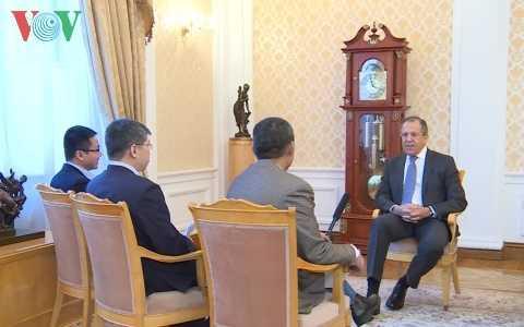 Ngoại trưởng Nga trả lời phỏng vấn các phóng viên