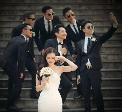 Bộ ảnh ghi lại những khoảnh khắc hạnh phúc nhất của cặp đôi cùng dàn phụ              dâu phụ rể, là những người bạn thân thiết nhất của cô dâu chú rể.