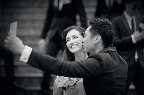 Chú rể John Từ chụp ảnh 'tự sướng' với vợ sắp cưới.