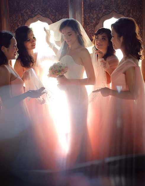 Trúc Diễm xinh đẹp lộng lẫy bên các phù dâu là những người bạn thân.