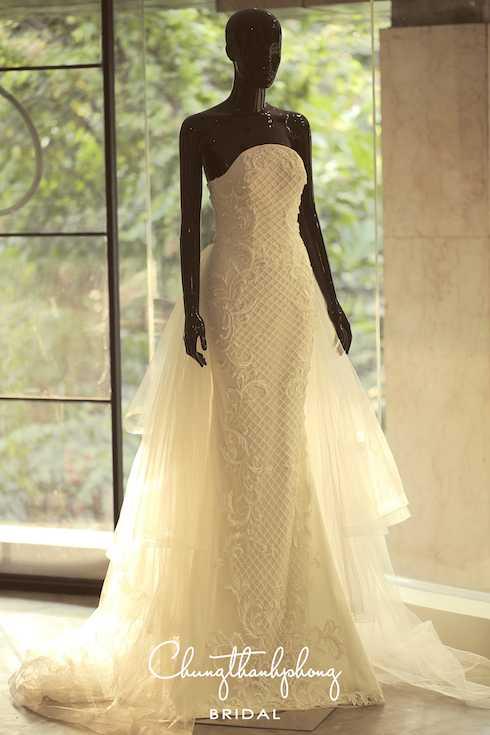 Những mẫu đầm cưới đuợc thiết kế dựa trên phom dáng căn bản cổ điển, sử              dụng kỹ thuật dựng phom chuẩn, xử lý và kết hợp nhiều chất liệu ren và              lưới tạo nên nhiều layer cho đầm.