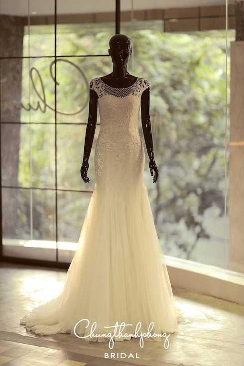 Chung Thanh Phong sử dụng kỹ thuât đính kết, thêu tay, đắp ren và in 3D              tạo nên độ cầu kỳ và tinh xảo cho đầm nhưng vẫn giữ được sự tinh tế và              thuần khiết của chiếc đầm cưới trắng.