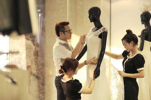 Chung Thanh Phong cho biết, anh thiết kế một bộ đầm cưới chính dáng              phồng xòe theo phong cách hoàng gia; hai bộ áo cưới phom dáng đuôi cá              theo phong cách thanh lịch và làm tôn lên vóc dáng chuẩn của Trúc Diễm;              một đầm cưới ôm và suôn với đuôi váy dài, gọn gàng và dễ di chuyển để cô              dâu thuận tiện trong những điệu nhảy và vui vẻ cùng bạn bè và người              thân.