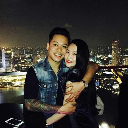 Để Hương Baby không bị stress sau khi sinh, vừa qua, giọng ca 'Nắm lấy tay anh' đã đưa vợ sang Singapore du lịch.