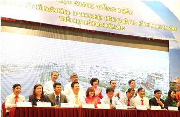 Đại diện VietinBank, Phó Tổng Giám đốc Nguyễn Hoàng Dũng (đầu tiên trái qua) ký biên bản dành 40.000 tỷ đồng cho chương trình kết nối ngân hàng - doanh nghiệp 2015.