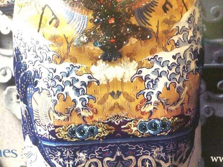 Thiết kế được cho là lấy cảm hứng từ long bào Việt Nam lại là đạo từ bức tranh cổ của Nhật Bản