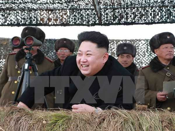 Nhà lãnh đạo Triều Tiên Kim Jong-Un (giữa) chỉ đạo một cuộc tập trận.