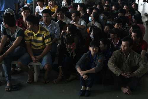 Từ mờ sáng đã có hàng trăm người kéo đến bến xe Miền Đông để chầu chực chờ mua vé tết