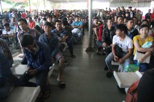 Hàng ngàn người ngồi vờ vật chờ mua vé