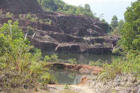 Dấu vết đào bới tan hoang ở đồi Tỷ