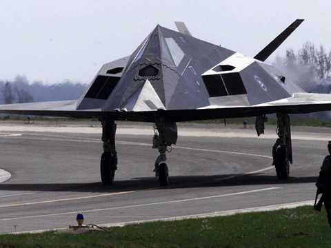 Xung quanh kính chắn gió là trang bị đặc biệt tương tự chất liệu hấp thụ sóng ra đa trên máy bay tàng hình F-117 Nighthawk.