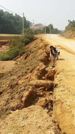 Một đoạn tỉnh lộ 5 nứt toác do việc khai thác đất để thi công dự án.