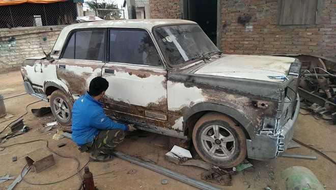 Hình ảnh mẫu xe Lada đang trong quá trình phục chế theo phong cách xe Rolls-Royce tại Bắc Giang