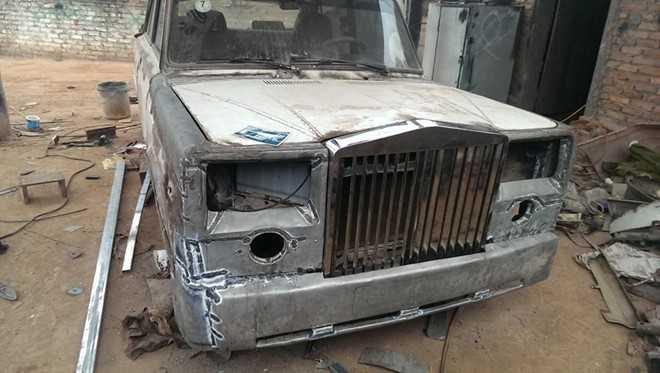 Phần đầu được tạo hình khá giống với mẫu sedan siêu sang Phantom. Bức ảnh để trên nắp ca-pô dường như được sử dụng để làm mẫu