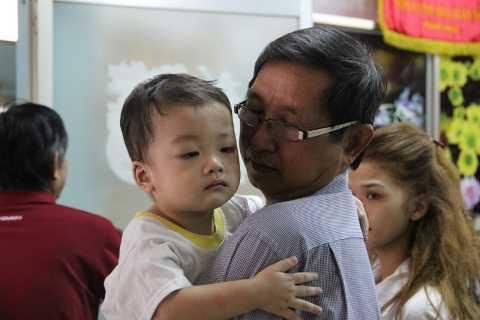 Đại diện chính quyền vỗ về bé