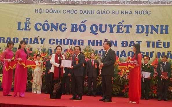Phó Chủ tịch nước Nguyễn Thị Doan và Bộ trưởng Phạm Vũ Luận trao giấy chứng nhận đạt tiêu chuẩn chức danh giáo sư, phó giáo sư (GS,PGS) năm 2014