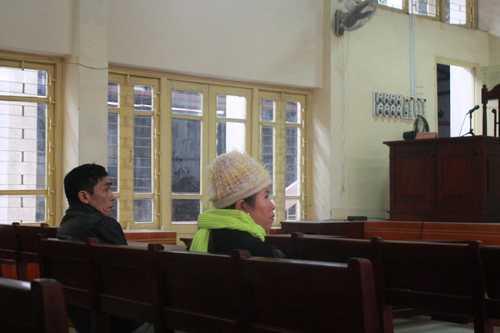 Bố và mẹ kế của Lý Nguyễn Chung trong phòng xử lúc 9h hôm nay.