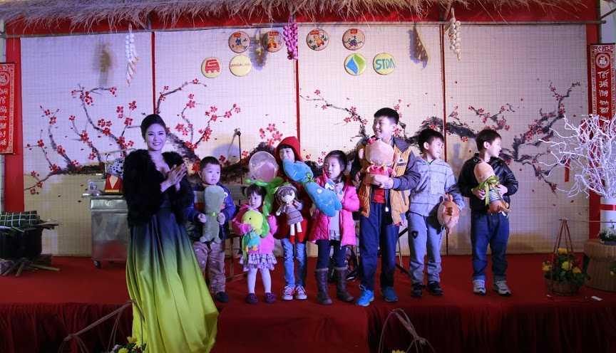 Hoa hậu Việt Nam 2010 – Đặng Thị Ngọc Hân tặng quà cho các bé