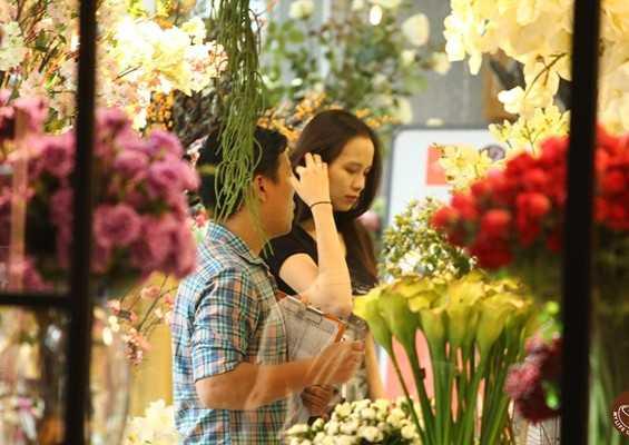 Sau khi sinh con ở Mỹ được khoảng 2 tuần, Hoa hậu và bạn trai đưa bé về Việt Nam để đón Tết cổ truyền cùng gia đình. Ngoài thời gian ở nhà chăm bé Noad Nguyễn, Diễm Hương cũng tranh thủ ra ngoài mua sắm, trang hoàng nhà cửa đón năm mới.