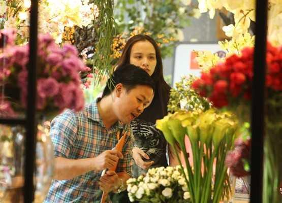 Hoa hậu Thế giới người Việt 2010 say sưa chọn hoa Tết tại một tiệm hoa lớn nằm trên phố Trương Định, quận 3. Diễm Hương mặc giản dị, không trang điểm khi ra phố.