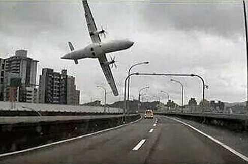 Hình ảnh máy bay ATR-72 lướt ngang qua đường giao thông trước khi rơi xuống sông