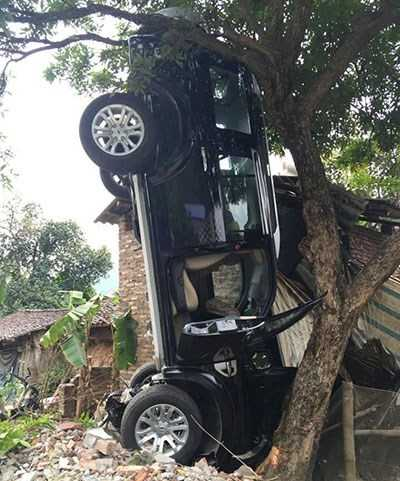 Chiếc ô tô gây tai nạn tại hiện trường. Ảnh: OTOFUN.