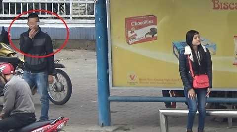 Hình ảnh nam thanh niên cắt tóc ngắn trực ở trạm xe buýt Cầu Thông - Ảnh cắt từ clip