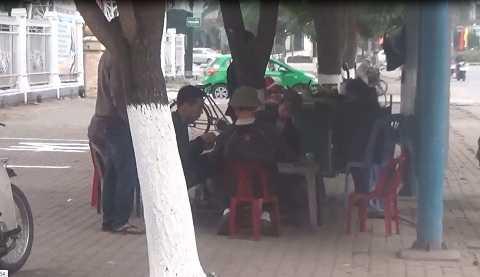 Tụ tập đánh bài ngay sau trạm xe buýt Cầu Thông - Ảnh cắt từ clip