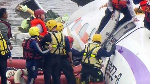 Cứu hộ Đài Loan tiếp cận chiếc máy bay gặp nạn