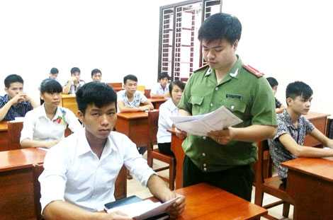 Cán bộ Học viện ANND phổ biến quy chế thi cho các thí sinh trong kỳ tuyển sinh 2014 (Ảnh: CAND)