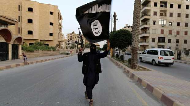 Một chiến binh IS trên đường phố Raqqa, Syria