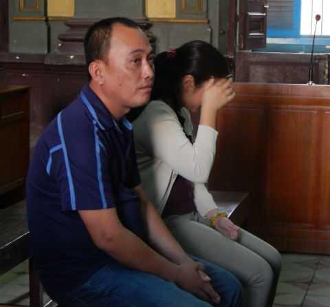 Bị cáo Phan Thị Yến và bị cáo Nguyễn Minh Phương tại tòa phúc thẩm ngày 5/2/2015. Ảnh: Châu Cường