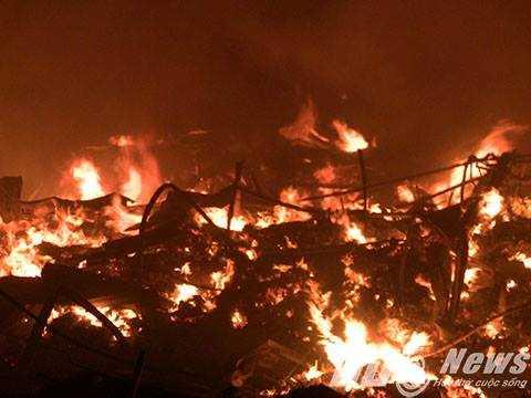 Cận cảnh nhà xưởng cháy thành tro