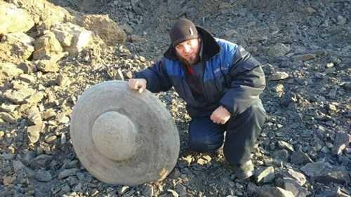 Trong khu vực Kuzbass, Nga, các công nhân mỏ địa phương tìm thấy một khối đá có hình dạng như đĩa UFO (đĩa bay người ngoài hành tinh) ở độ sâu 40m dưới lòng đất.