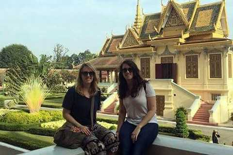 Hai nữ du khách Mỹ bị trục xuất sau vụ chụp ảnh khỏa thân ở Angkor