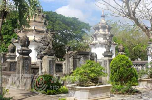 Tháp mộ trong chùa Thập Tháp