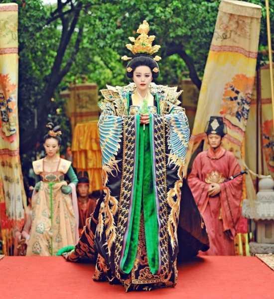 Riêng Phạm Băng Băng mặc đến gần bộ 50 trang phục đắt tiền