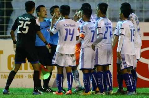 Trước sức ép của cầu thủ QNK Quảng Nam, trợ lý trọng tài Trương Đức Chiến (áo xanh, thứ hai từ trái sang) không công nhận bàn thắng của SHB Đà Nẵng