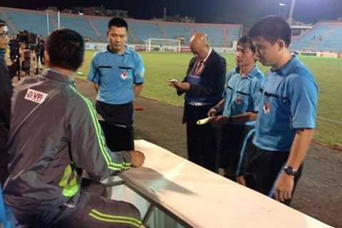 Tổ trọng tài trận SHB Đà Nẵng - QNK Quảng Nam phải nhóm họp ngay sau khi trận đấu kết thúc