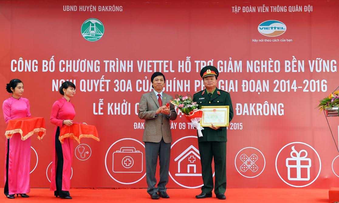 Viettel đã trao tặng tượng trưng số tiền hơn 20 tỷ đồng hỗ trợ huyện nghèo ĐakRông trong giai đoạn 2014-2016