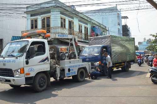 Xe tải được xe cứu hộ đến di lý về trụ sở công an