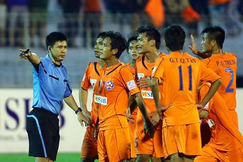 Cầu thủ SHB Đà Nẵng phản ứng sau khi trọng tài 'bẻ còi'