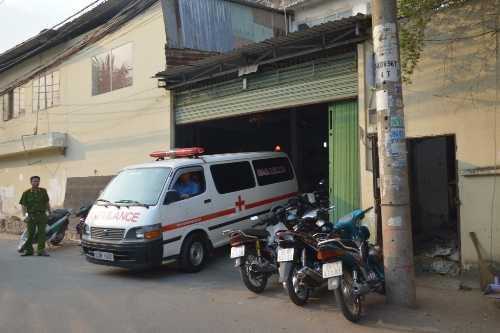 Xe cứu thương chuyển thi thể nạn nhân đi khám nghiệm