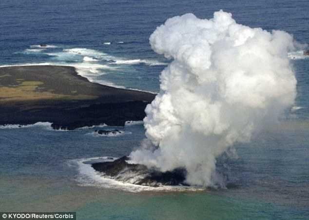 Hình ảnh một vụ núi lửa dưới lòng đại dương phun trào