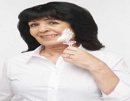 Bà Gill Jamieson, 60 tuổi, thường xuyên cạo lông mặt trong suốt 40 năm qua và hiện bà đang sở hữu một làn da tươi trẻ