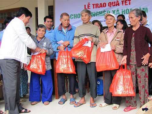 Tặng quà Tết cho người nghèo là nét đẹp văn hóa của người Việt mỗi dịp Tết đến xuân về  - Ảnh: Hồng Ánh