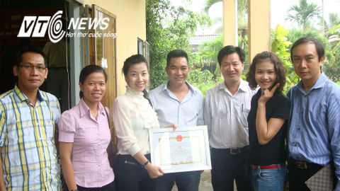 Võ sư Lê Hoàng Mai (giữa) trong một lần đi công tác từ thiện. Ảnh: Phan Cường