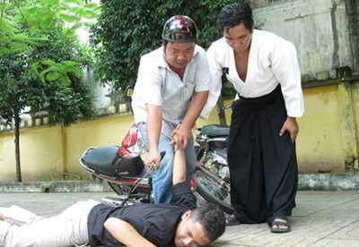 Võ sư Hoàng Mai (phải) hướng dẫn