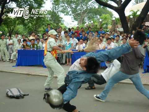 Dạy võ tự vệ cho công nhân quét rác đường phố. Ảnh: Phan Cường